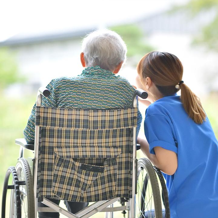利用者の最期を看取る介護職